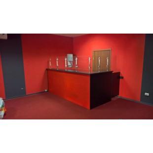 Стойка администратора Арлеккино красно-черная со стеклянными перегородками